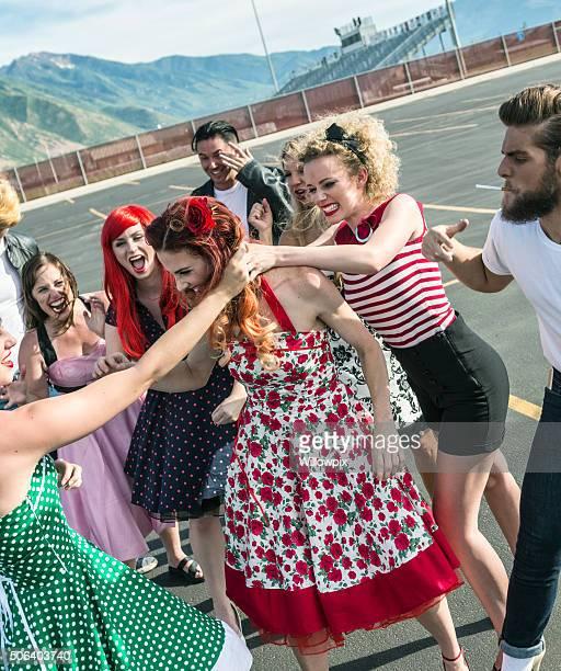 Années cinquante lycée filles en tirant les cheveux Cat lutte