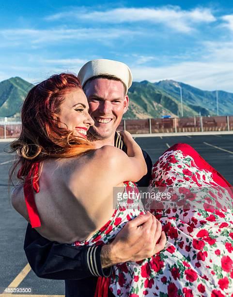 Fifties Pin-Up-Mädchen umarmen US Navy Sailor Boyfriend