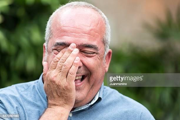 Sonriente Hombre de cincuenta y algo