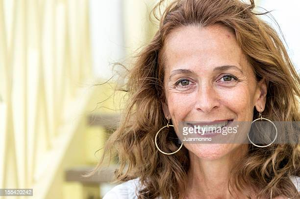 femme dans la cinquantaine - femme 50 ans brune photos et images de collection