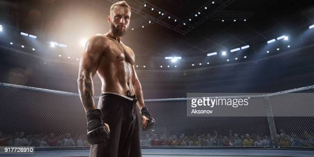 mma vechter in professionele boksring - mixed martial arts stockfoto's en -beelden