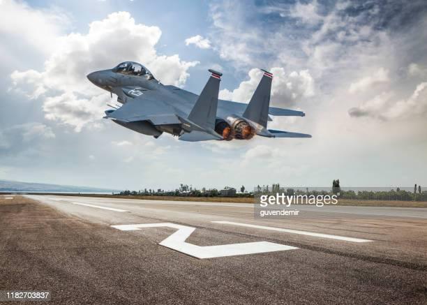 fighter jet decolla - base militare foto e immagini stock