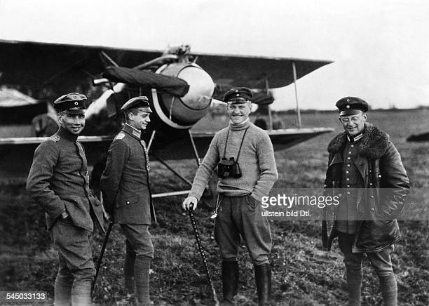 Fighter pilot von Richthofen with fellow pilots in front of his Fokker biplane identical with image no 00008859