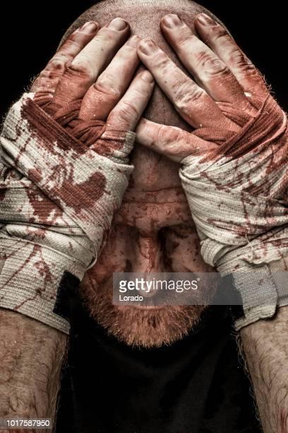 mma combat portant des sangles sanglantes - combat libre photos et images de collection