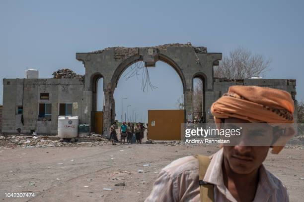 Fighters with the Tariq Salah Forces a militia aligned with Yemen's Saudiled coalitionbacked government man an outpost a few kilometers from the...