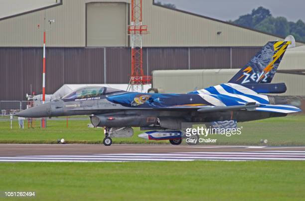 f-16c fighting falcon - taxiing stock pictures, royalty-free photos & images