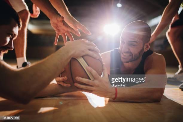 バスケット ボールの試合のボールのために戦う! - 競技試合 ストックフォトと画像