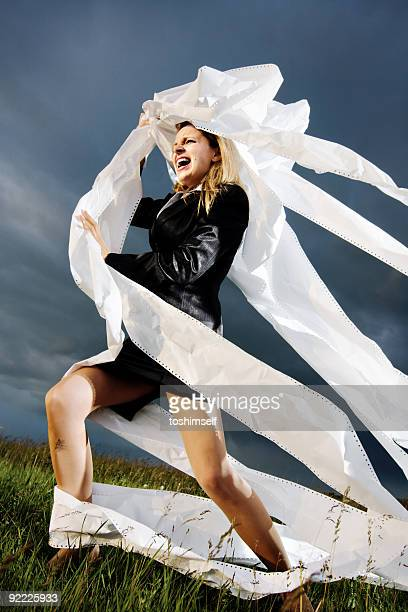fighting mit papier - frauen ringen stock-fotos und bilder