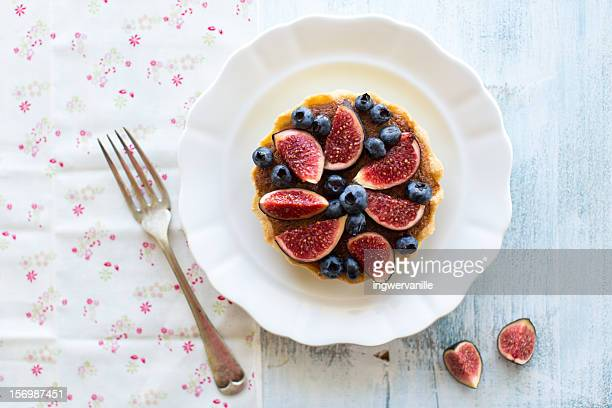 figs and blueberry tarte - dessert stock-fotos und bilder