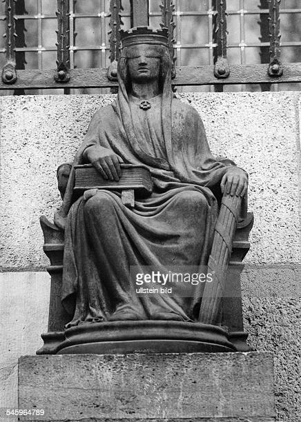Figur der Göttin 'Justitia' am Eingangdes Landgerichts am Tegeler Weg