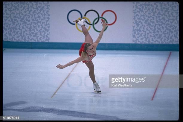 figure skater tonya harding in competition at the 1994 winter olympics - événement sportif d'hiver photos et images de collection