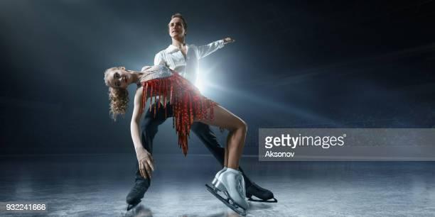 Patinage artistique. Couple de patineurs sur glace