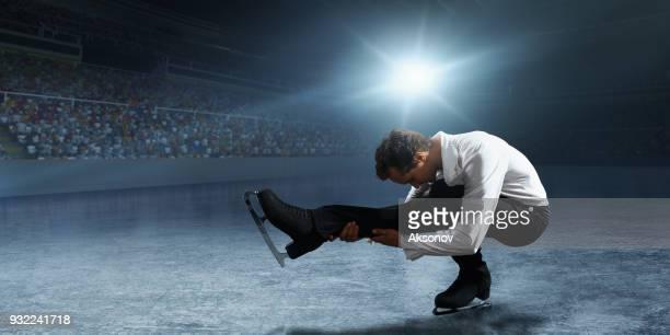 フィギュア スケート。男性の氷スケート選手 - フィギュアスケート ストックフォトと画像