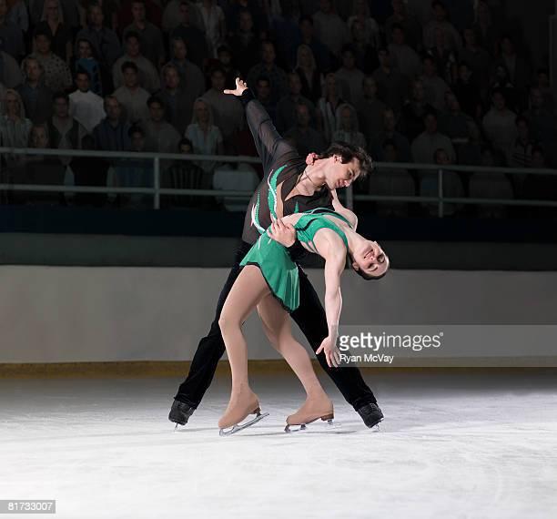 figure skating pair standing in finishing pose - patinagem artística imagens e fotografias de stock