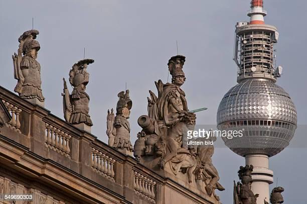 Figuren auf dem Dach des Deutschen Historischen Museums an der Straße Unter den Linden in BerlinMitte im Hintergrund rechts der Berliner Fernsehturm...