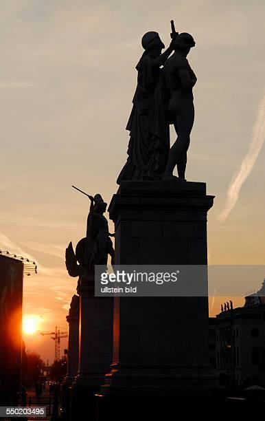 Figuren auf der Schloßbrücke Straße Unter den Linden in Berlin