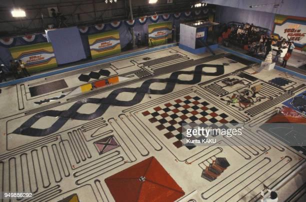 Figures géométriques composées avec un million de dominos le 6 avril 1986 au Japon.