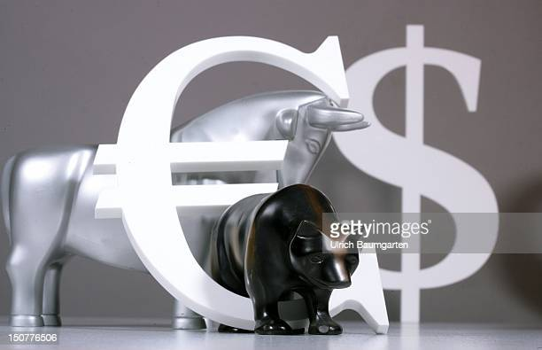 Figures of bull and bear with an Euro and US Dollar sign