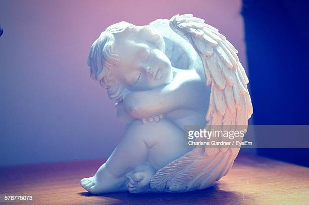 figurine of sleeping cherub - anges et cherubins photos et images de collection