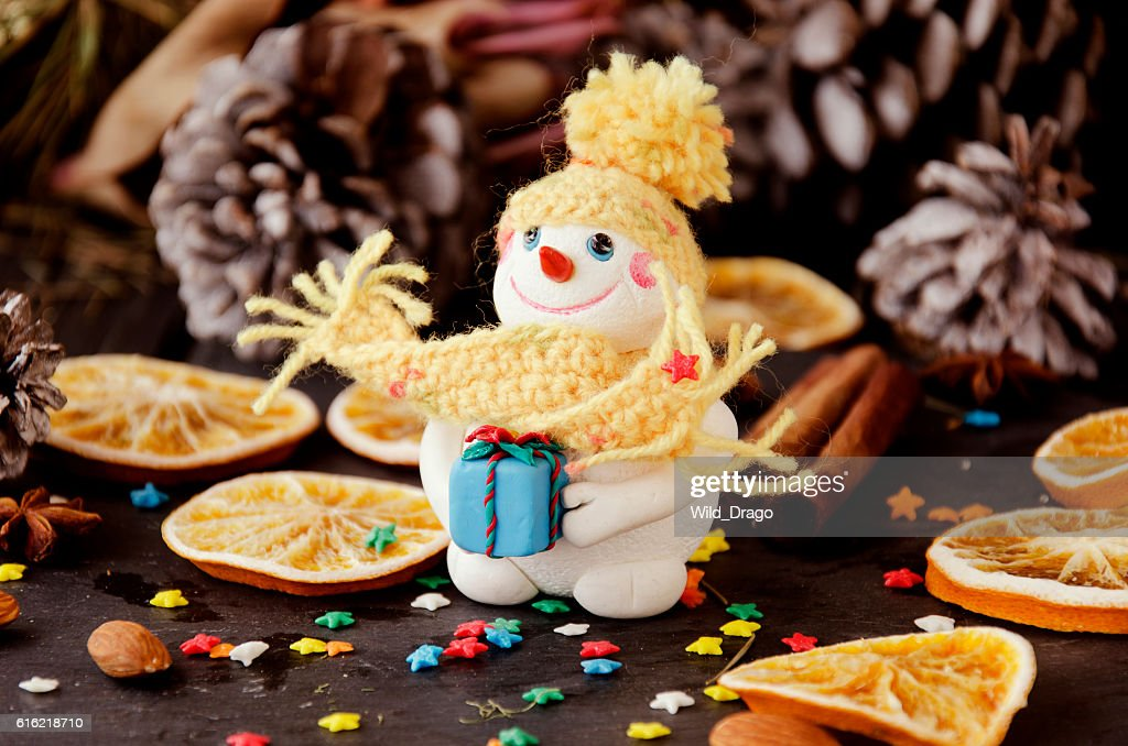 figurine Snowman on Christmas BACKGROUND , selective focus : Stockfoto
