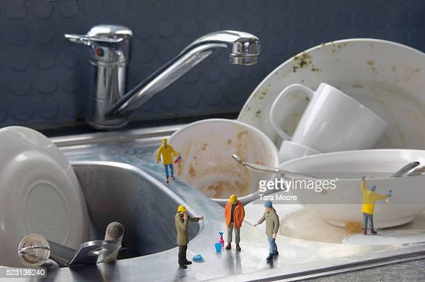 figurines cleaning dishes - menselijke vorm stockfoto's en -beelden