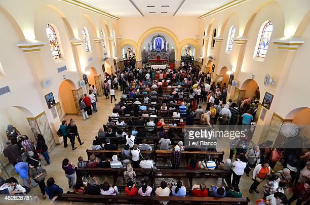 Fiéis celebram o dia de São Judas Tadeu, conhecido como o santo das causas impossíveis no Santuário de São Judas em São Paulo. | 2013, © Levi Bianco,...