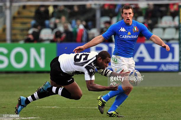 Fiji's Norman Ligairi receives a ball flanked by Italy's Alberto Sgarbi during their Test match Italy against Fiji on November 27 2010 at the Braglia...