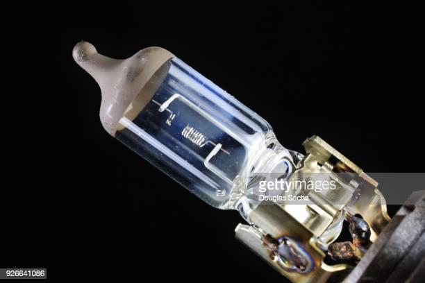 filament lamp used in automotive headlights in vehicle - bombilla de bajo consumo fotografías e imágenes de stock
