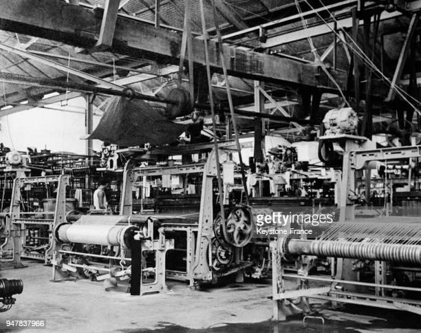 Filature moderne de coton dans la province de Nam Dinh en Indochine française en juillet 1954.