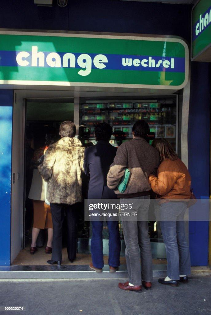 File D Attente Devant Un Bureau De Change En France Pictures Getty