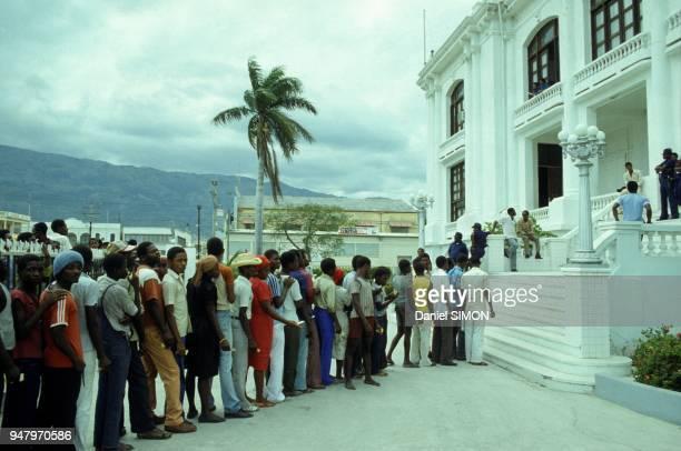 File d'attente devant un bureau de vote pour les elections legislatives le 12 fevrier 1984 a PortAuPrince Haiti