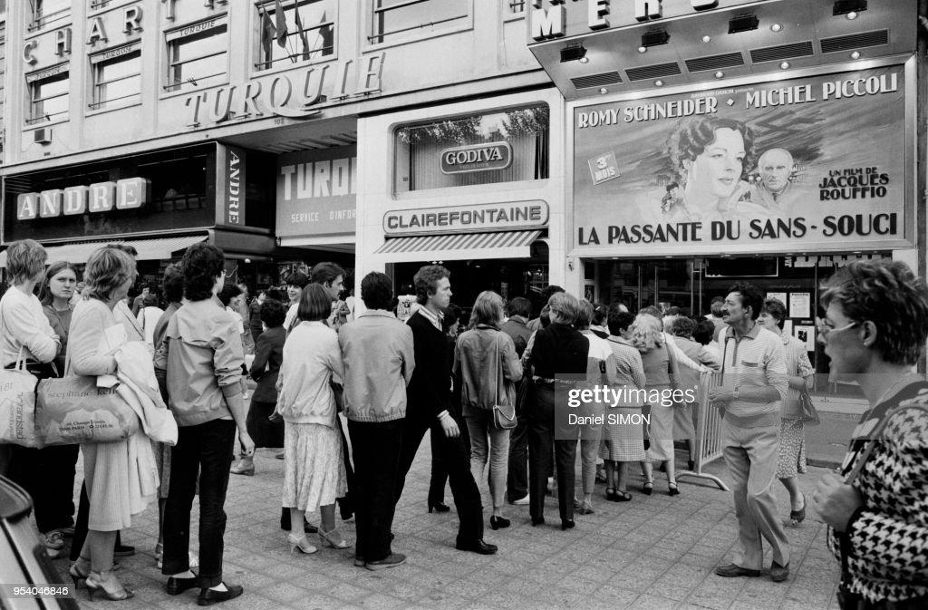File d'attente dans un cinéma en 1982 : Photo d'actualité