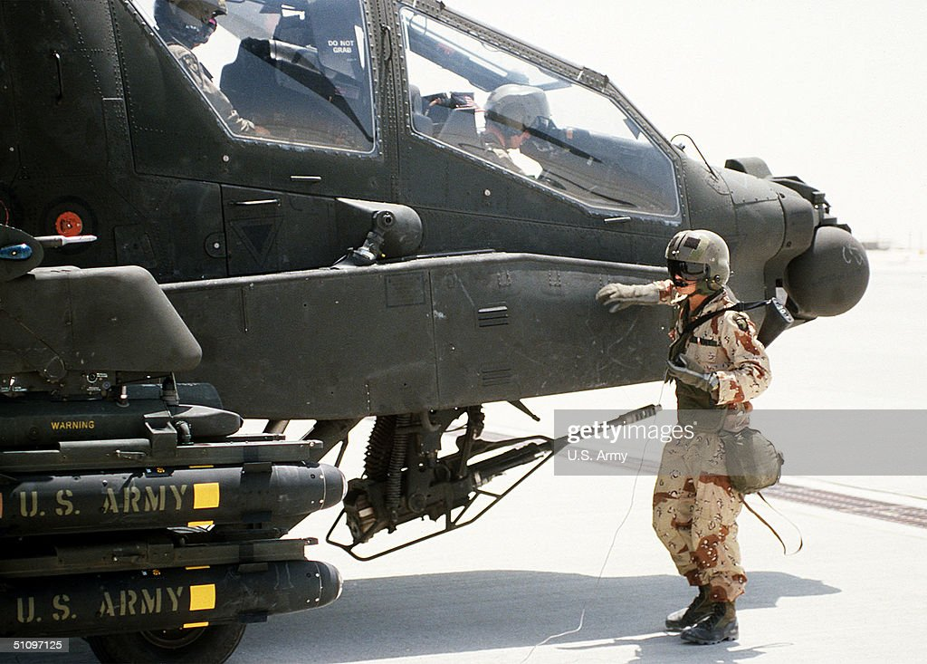 Helicopter Crewman : News Photo