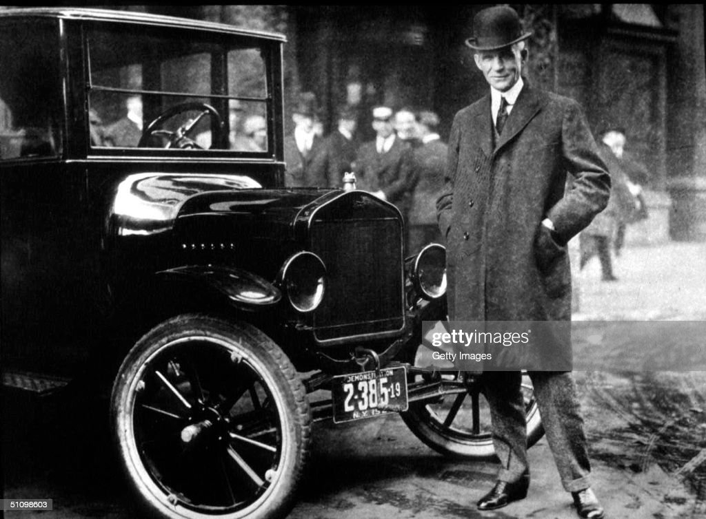 Henry Ford With His Model T... : Nachrichtenfoto