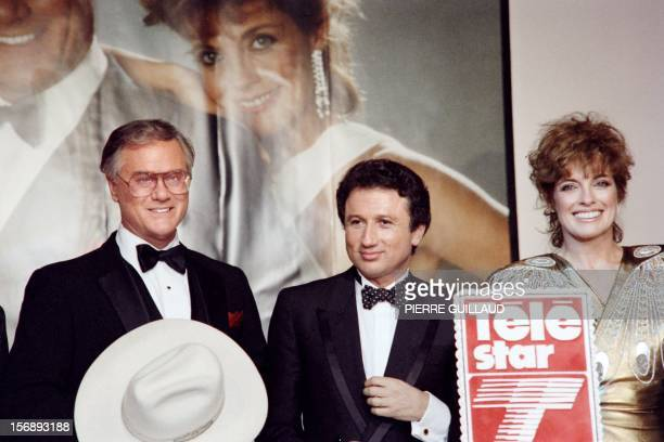 A file picture taken on October 4 1986 in Paris shows US actors Larry Hagman and Linda Gray of the TV series Dallas posing beside French TV host...