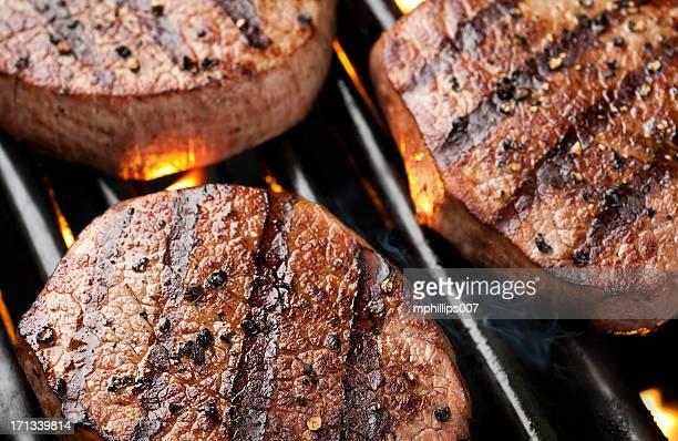 filet mignon - aliment grillé au charbon de bois photos et images de collection