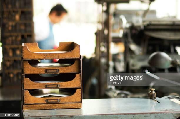 Presentación de estantes en una antigua tienda de impresión