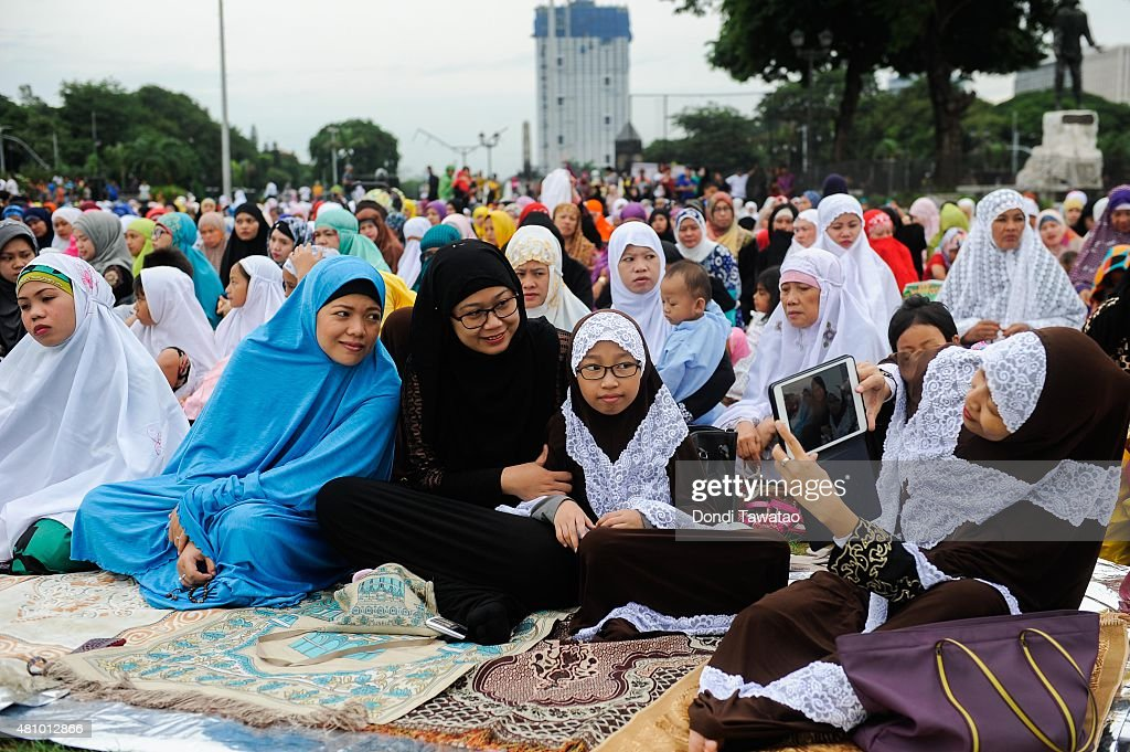 Fillipino Muslims Celebrate Eid Al-Fitr : News Photo