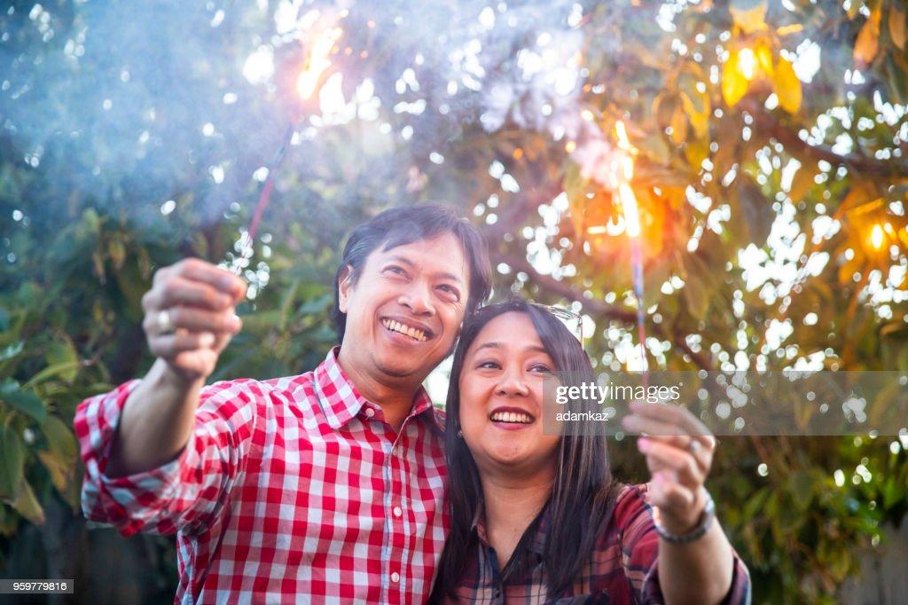 Philippinische paar Holding Wunderkerzen : Stock-Foto