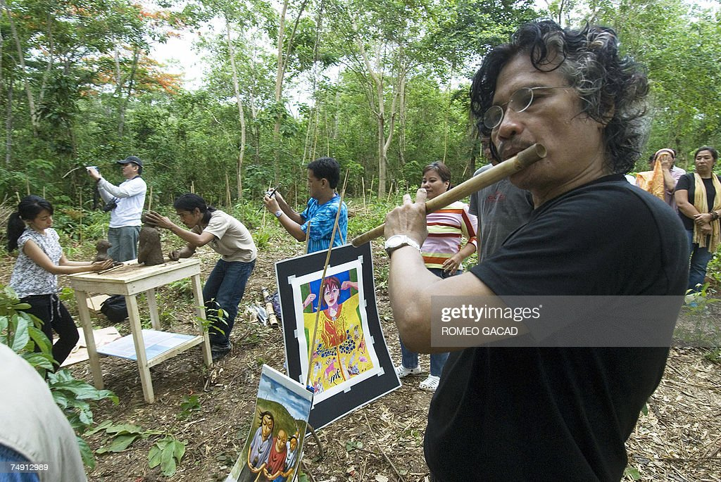 Filipino environmental artists Gus Albor... : News Photo