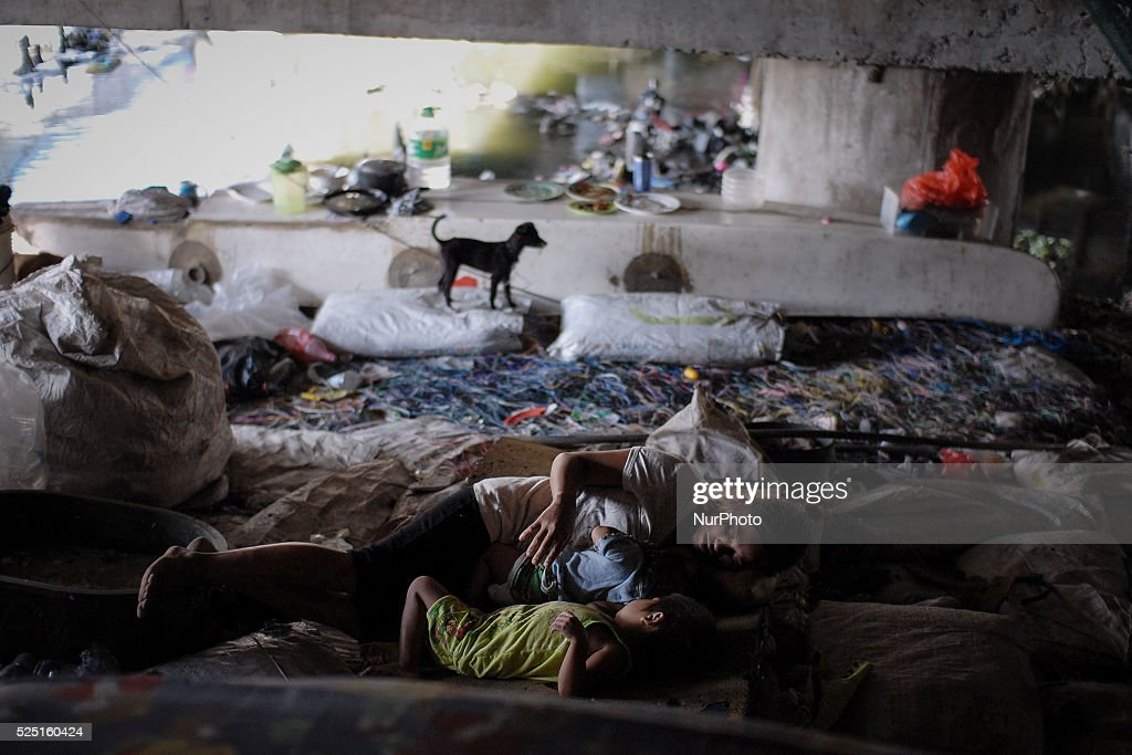 Filipinos Living Under Bridges in the Philippines : News Photo