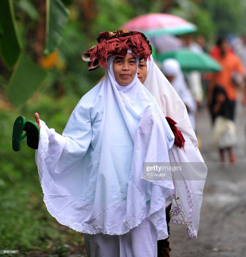 Great Filipino Eid Al-Fitr Feast - filipino-muslim-women-arrive-to-attend-prayers-to-celebrate-the-start-picture-id90974887  Photograph_12489 .com/photos/filipino-muslim-women-arrive-to-attend-prayers-to-celebrate-the-start-picture-id90974887