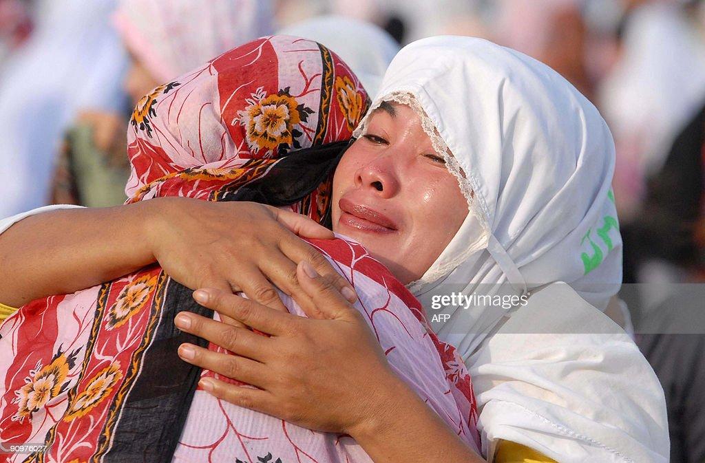 Great Filipino Eid Al-Fitr Feast - filipino-muslim-women-embrace-following-prayers-celebrating-the-start-picture-id90976027  Photograph_12489 .com/photos/filipino-muslim-women-embrace-following-prayers-celebrating-the-start-picture-id90976027