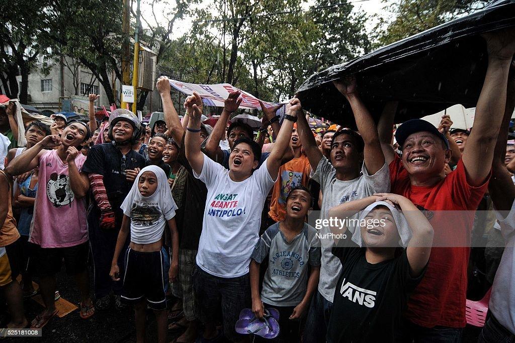 Filipinos Watch Pacquiao vs. Rios Boxing Match : News Photo