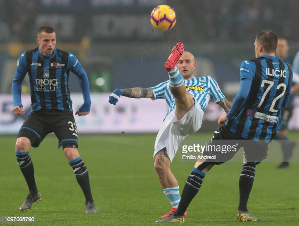 Filippo Costa of Spal is challenged by Josip Ilicic of Atalanta BC during the Serie A match between Atalanta BC and SPAL at Stadio Atleti Azzurri...