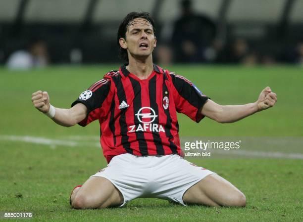 Filippo Inzaghi Stürmer AC Mailand Italien kniet auf dem Rasen und jubelt mit geballten Fäusten