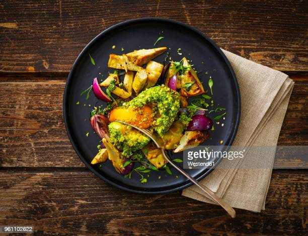 filled avocado, egg, scalloped, toast, herbs, red onions, artichokes, cress - avocado toast stockfoto's en -beelden