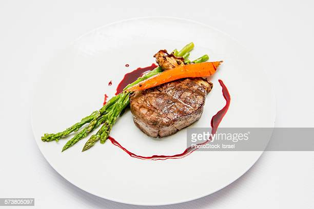 fillet steak medallion with vegetables - carne de churrasco imagens e fotografias de stock