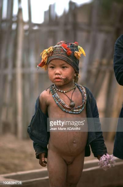 Fillette de la tribu Akha en 1976 dans le nord de la Thaïlande