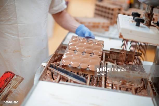 fyllning choklad mögel - chocolate factory bildbanksfoton och bilder